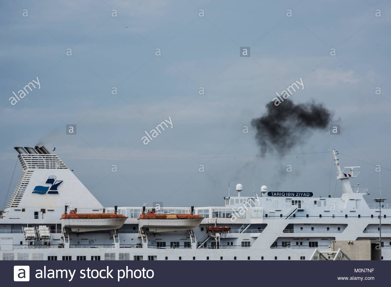 Marseille, Abgase eines Schiffes, Air Pollution by a Ship - Stock Image