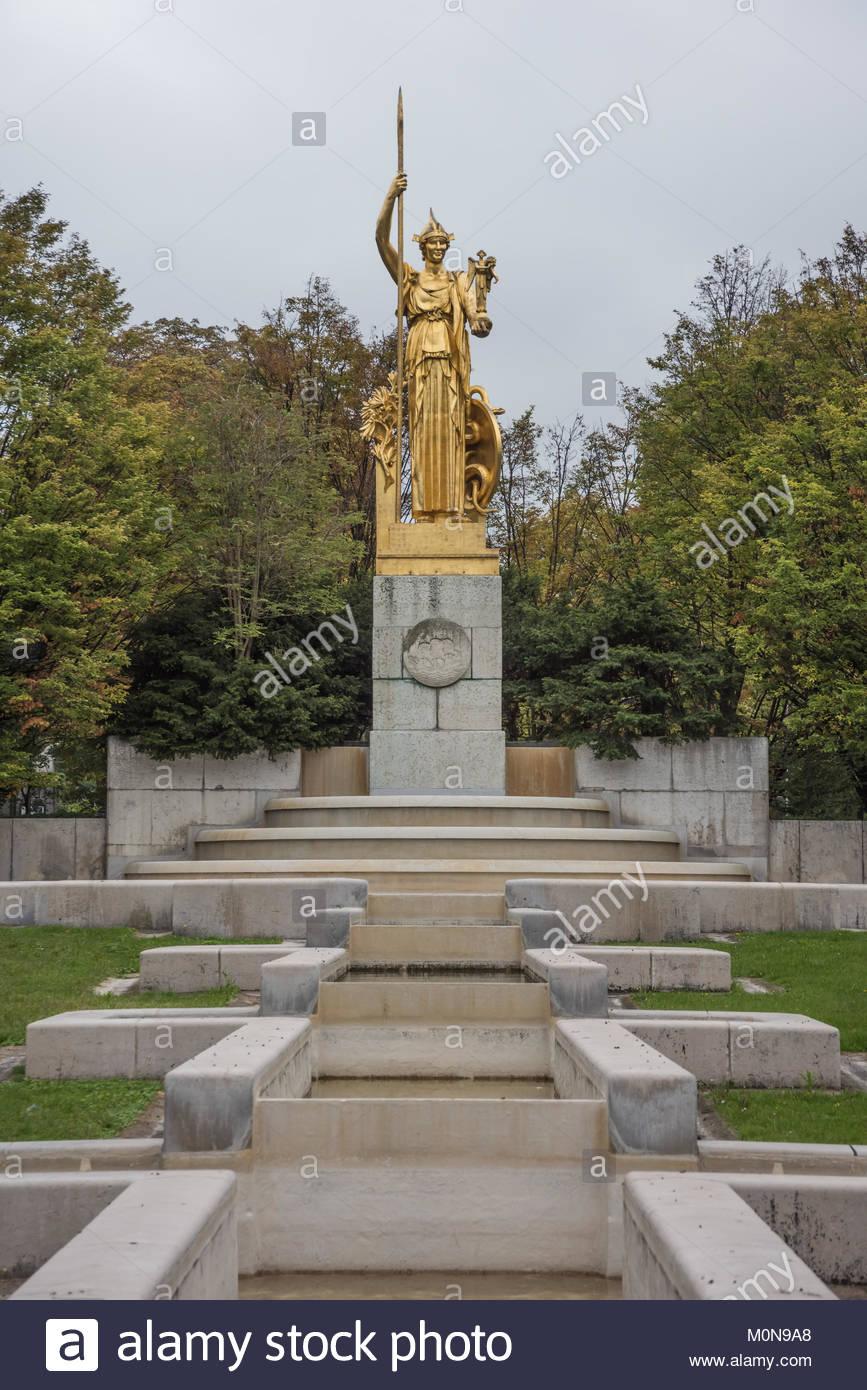 Paris, Brunnen an der Porte Doree mit Statue Athene von LÈon-Ernest Drivier (Architekt Louis Madeline) - Stock Image