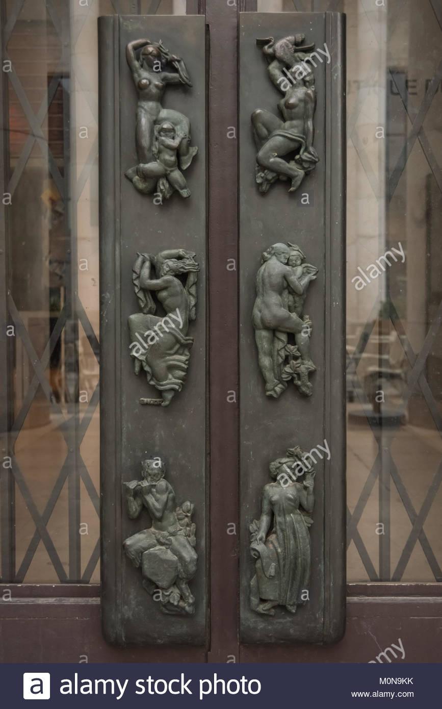 Paris, Palais de Tokyo, Art-Deco-Skulpturen am Portal (13 Avenue du PrÈsident Wilson, 75016 Paris) Stock Photo