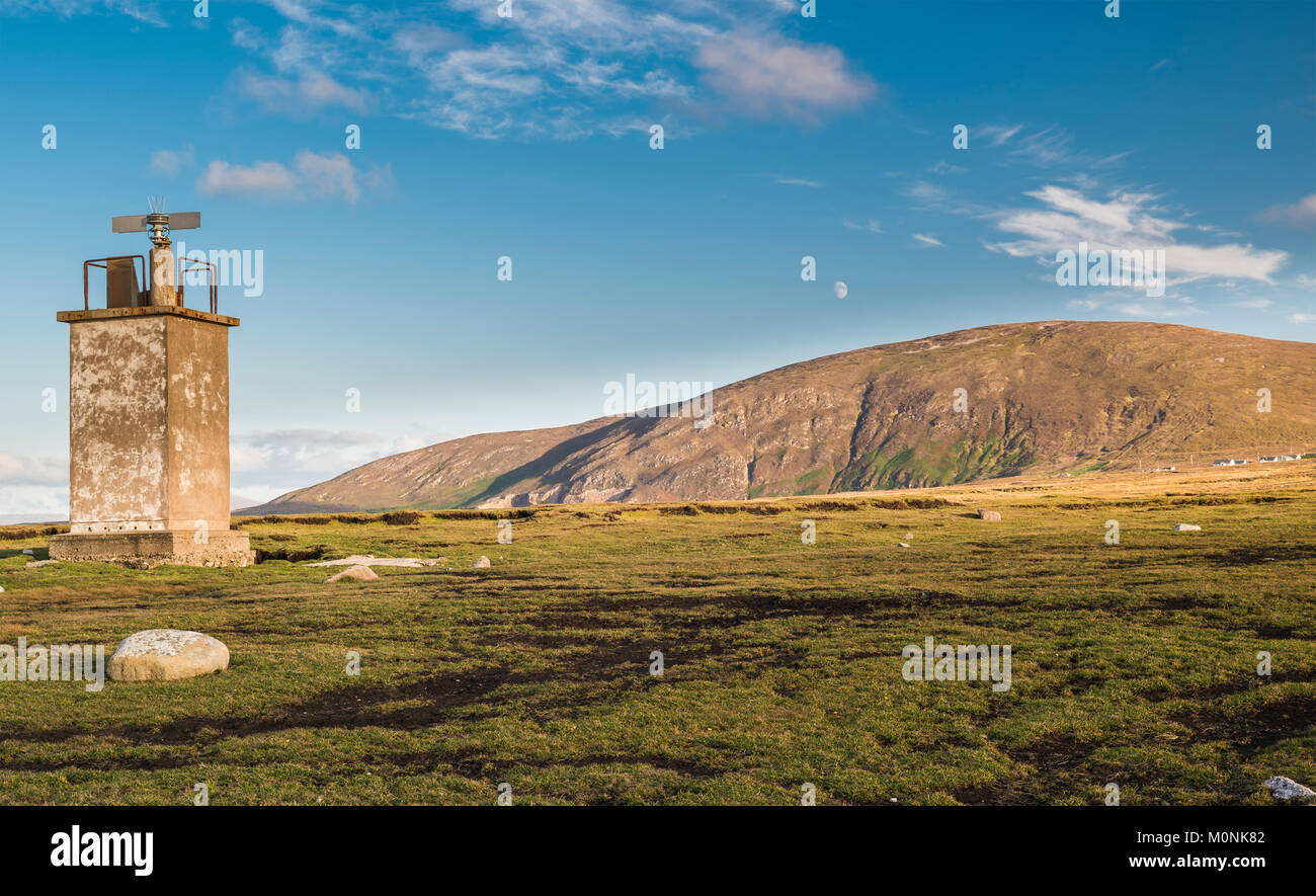 Lighthouse at Bloody Foreland, with Cnoc Fola (Knockfola, Hill of Blood) in background, at the north-west tip of - Stock Image