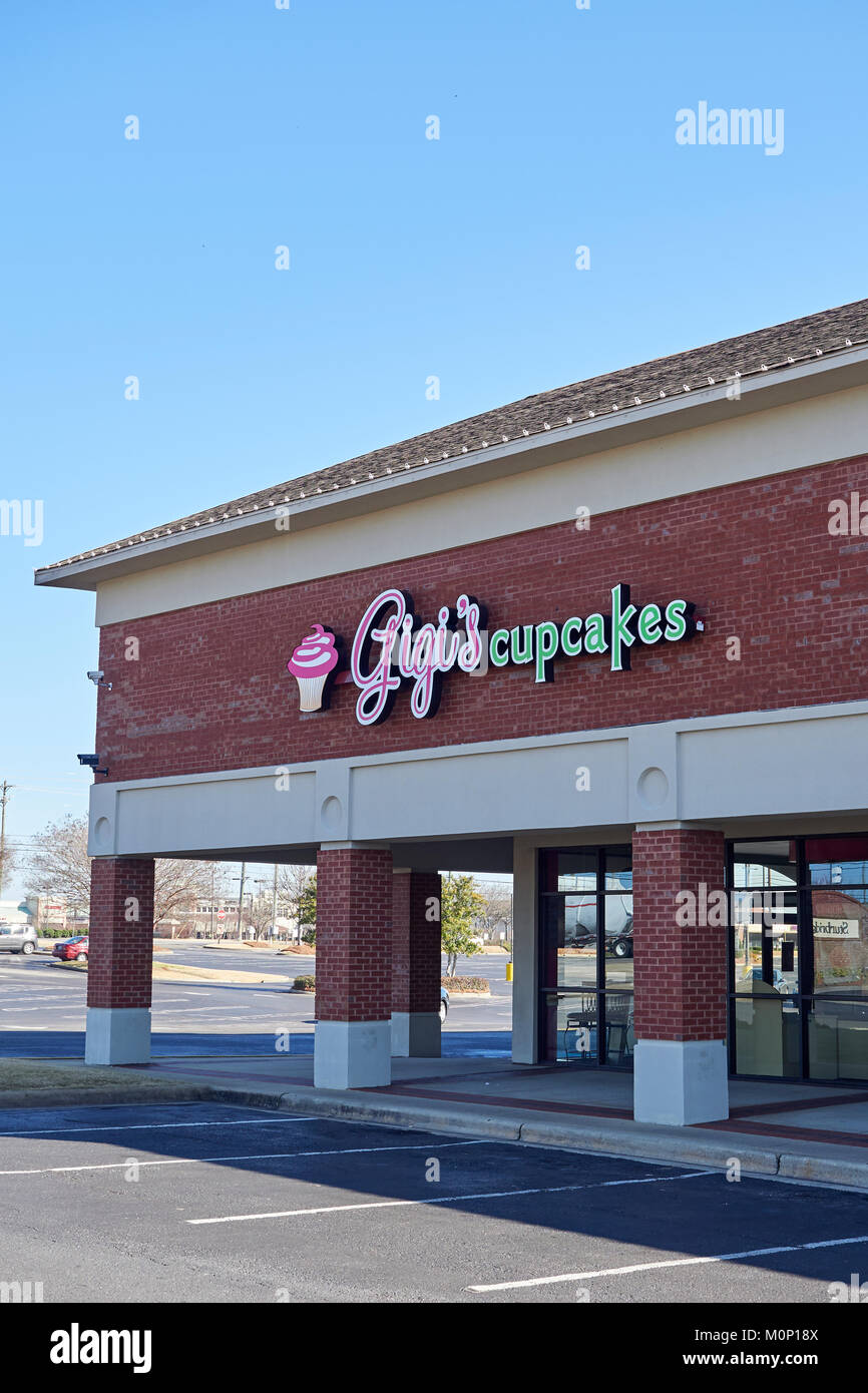 Exterior front of Gigi's Cupcakes retail storefront in a strip shopping mall in Montgomery Alabama, United States. - Stock Image