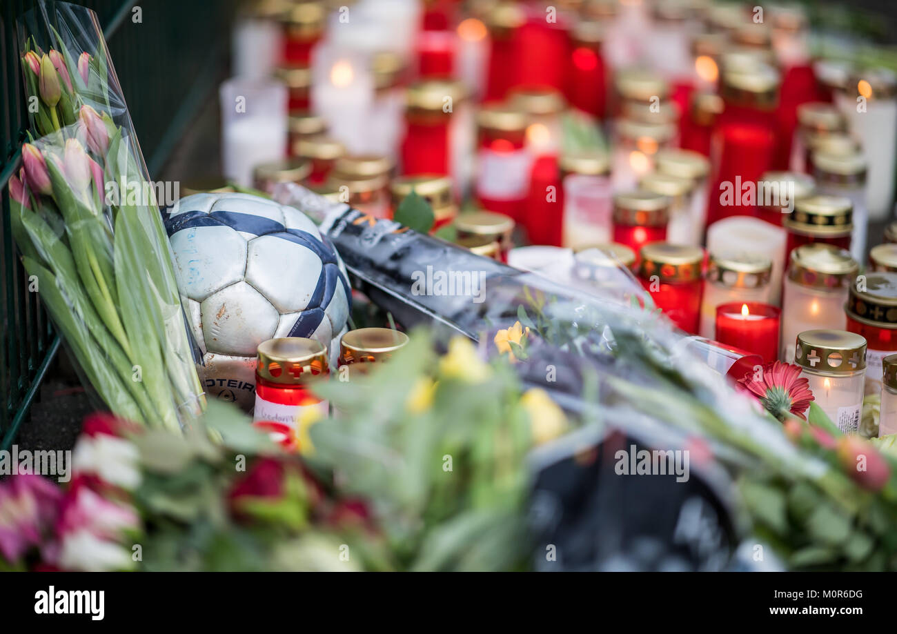 Luenen, Germany. 24th Jan, 2018. A soccer ball lying amidst candles and flowers at the Kaethe Kollwitz School in - Stock Image