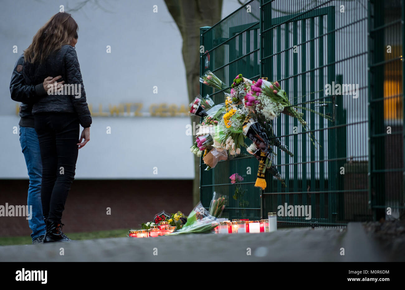 Luenen, Germany. 24th Jan, 2018. A couple mourning in front of the candles and flowers lying in front of the Kaethe - Stock Image