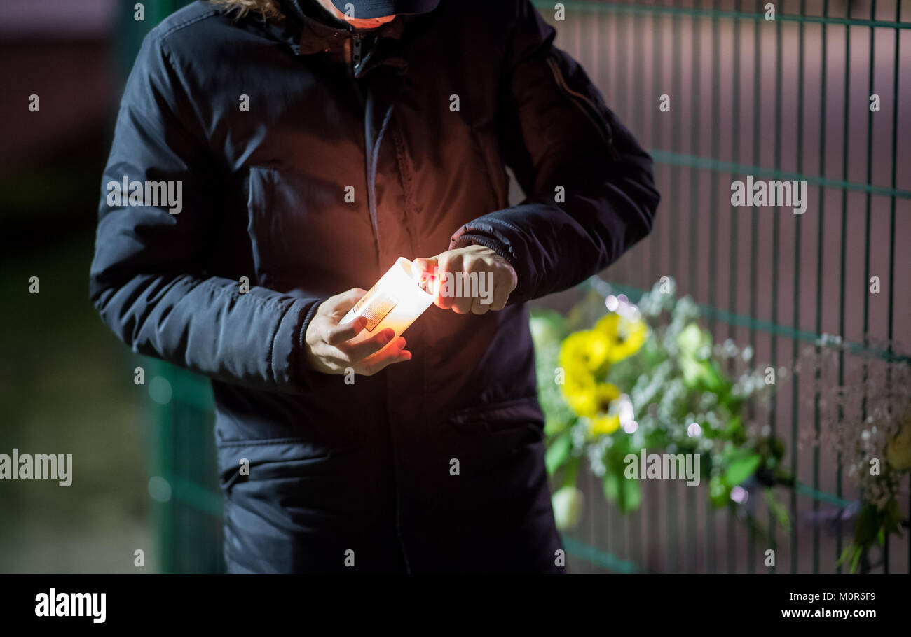 Luenen, Germany. 24th Jan, 2018. A schoolchildr lighting a candle in front of the Kaethe Kollwitz School in Luenen, - Stock Image
