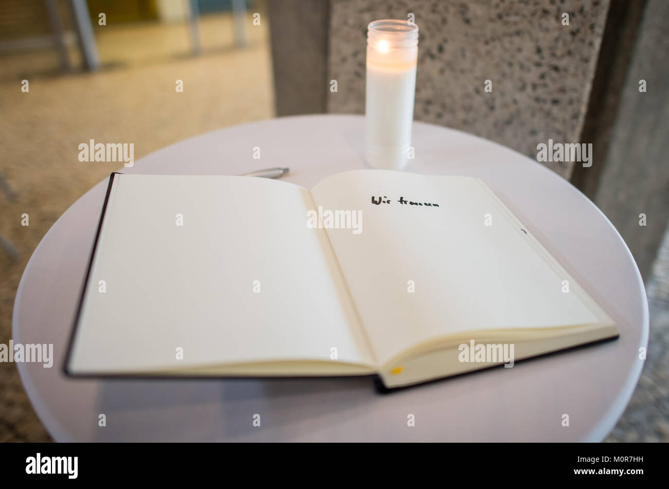 Luenen, Germany. 24th Jan, 2018. The city's condolence book, with the entry 'We mourn', lying on a table - Stock Image