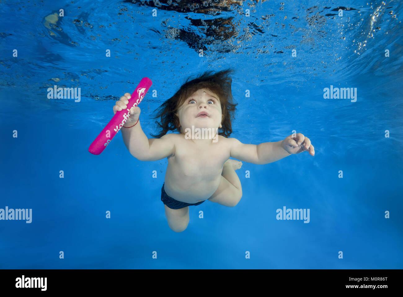 Odessa, Ukraine. 20th Jan, 2018. little boy learns to swim underwater in the pool Credit: Andrey Nekrasov/ZUMA Wire/ZUMAPRESS.com/Alamy - Stock Image