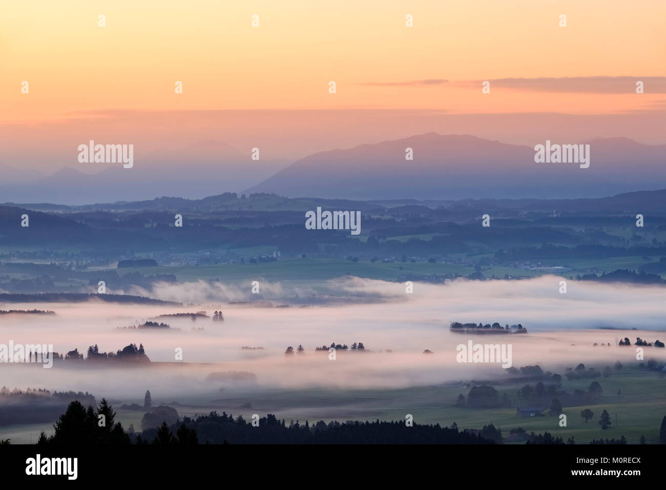 Sonnenaufgang, Nebel über dem Lechtal, Ausblick vom Auerberg bei Bernbeuren, Pfaffenwinkel, Allgäu, Oberbayern, - Stock Image