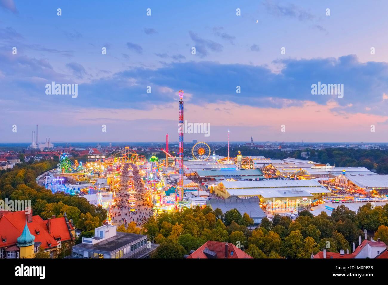 Ausblick über das Oktoberfest zur Abenddämmerung, Wiesn, München, Oberbayern, Bayern, Deutschland Stock Photo