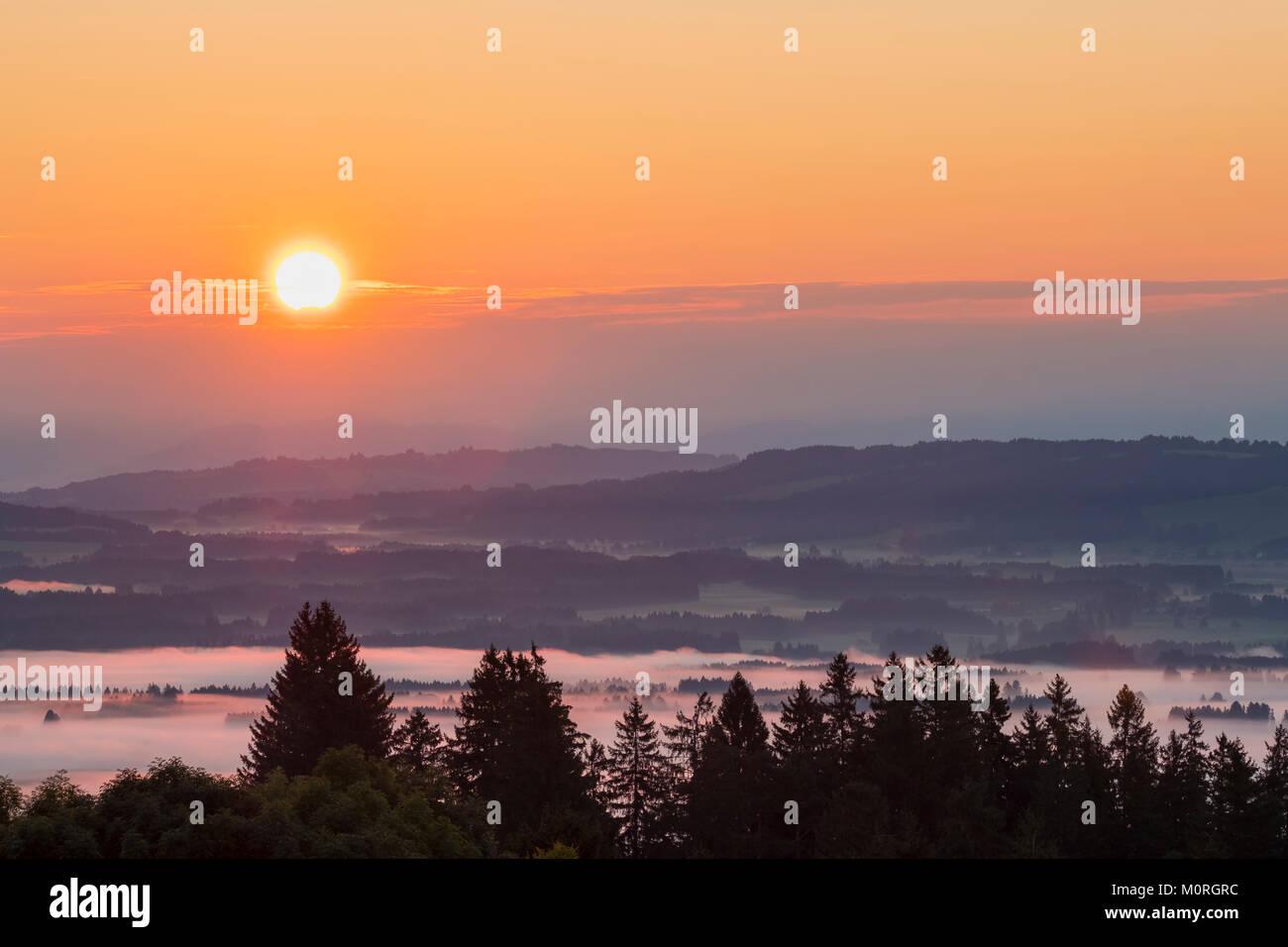 Sonnenaufgang, Nebel über dem Lechtal, Ausblick vom Auerberg bei Bernbeuren, Pfaffenwinkel, Oberbayern, Bayern, - Stock Image