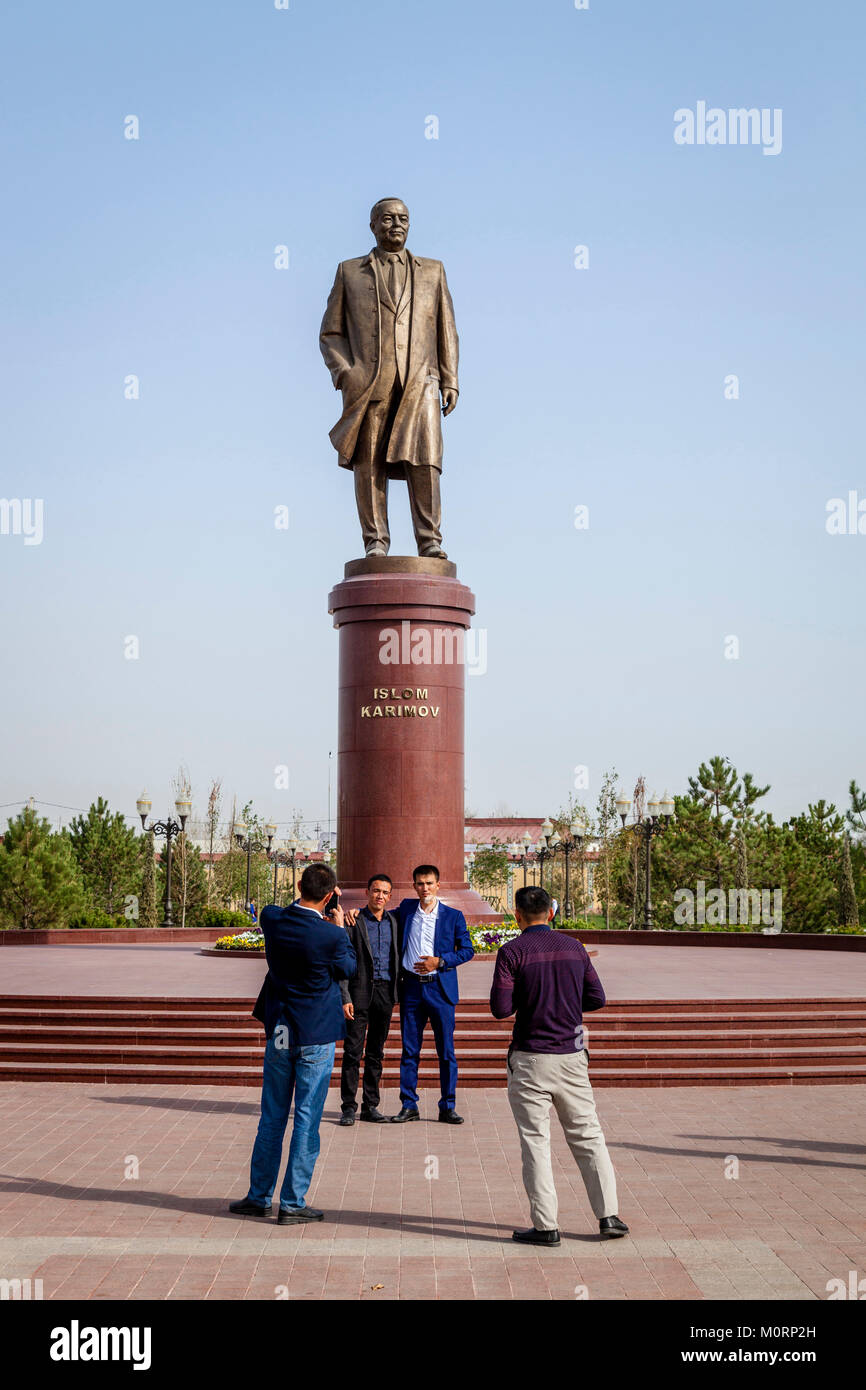 Uzbek People Pose For A Photo Under The Statue Of Islam Karimov, Samarkand, Uzbekistan - Stock Image