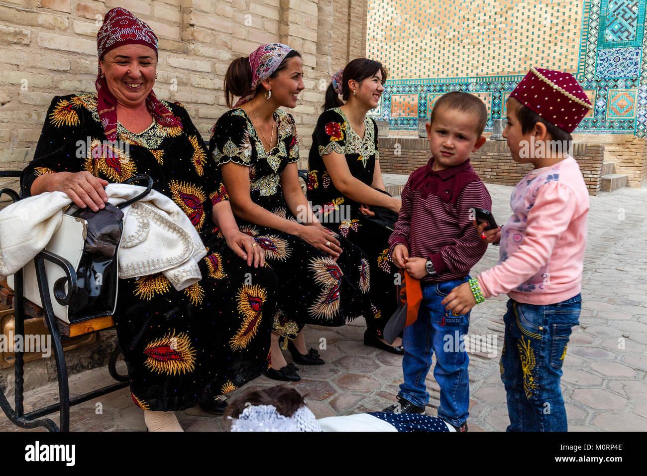 Uzbek Families Visiting The Shah-i-Zinda Mausoleum Complex, Samarkand, Uzbekistan - Stock Image
