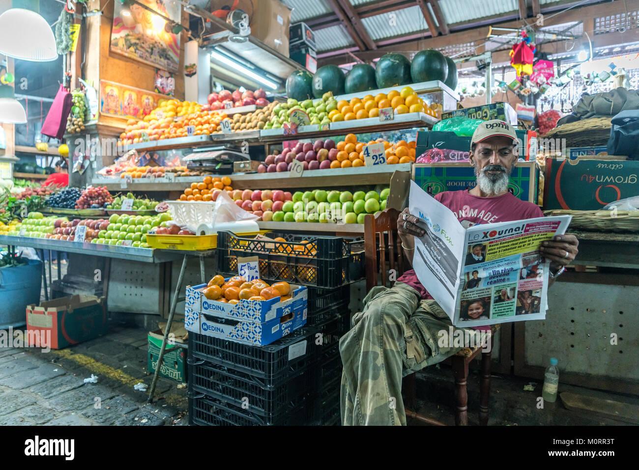 Verkäufer mit Zeitung auf dem Zentralmarkt in Port Louis, Mauritius, Afrika | salesman reading newspaper on the Stock Photo