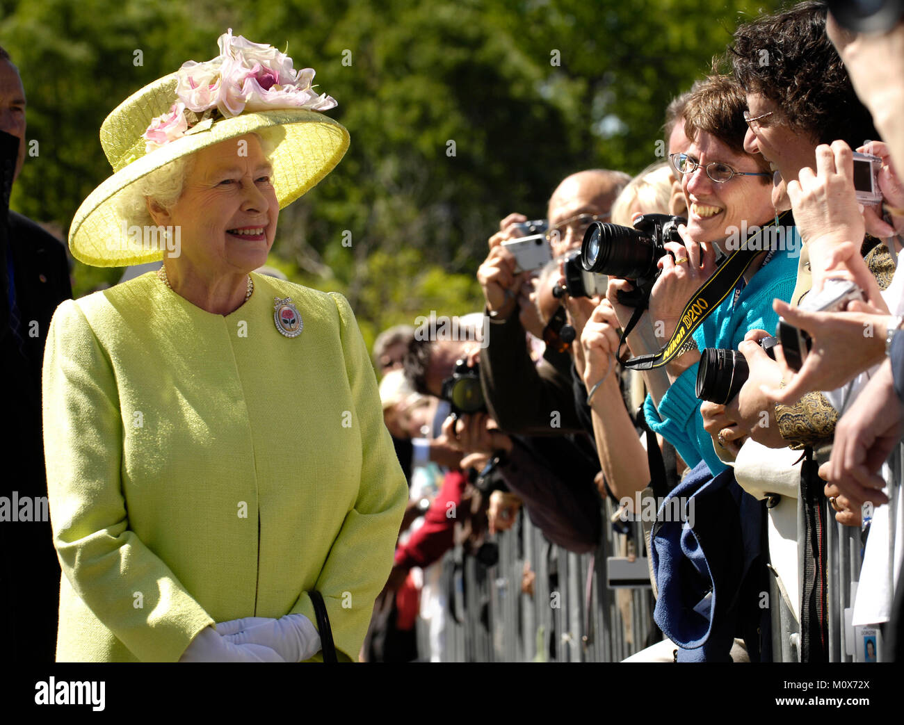 Queen Elizabeth greets employees on her walk from NASA?s Goddard Space Flight Center mission control to a reception - Stock Image