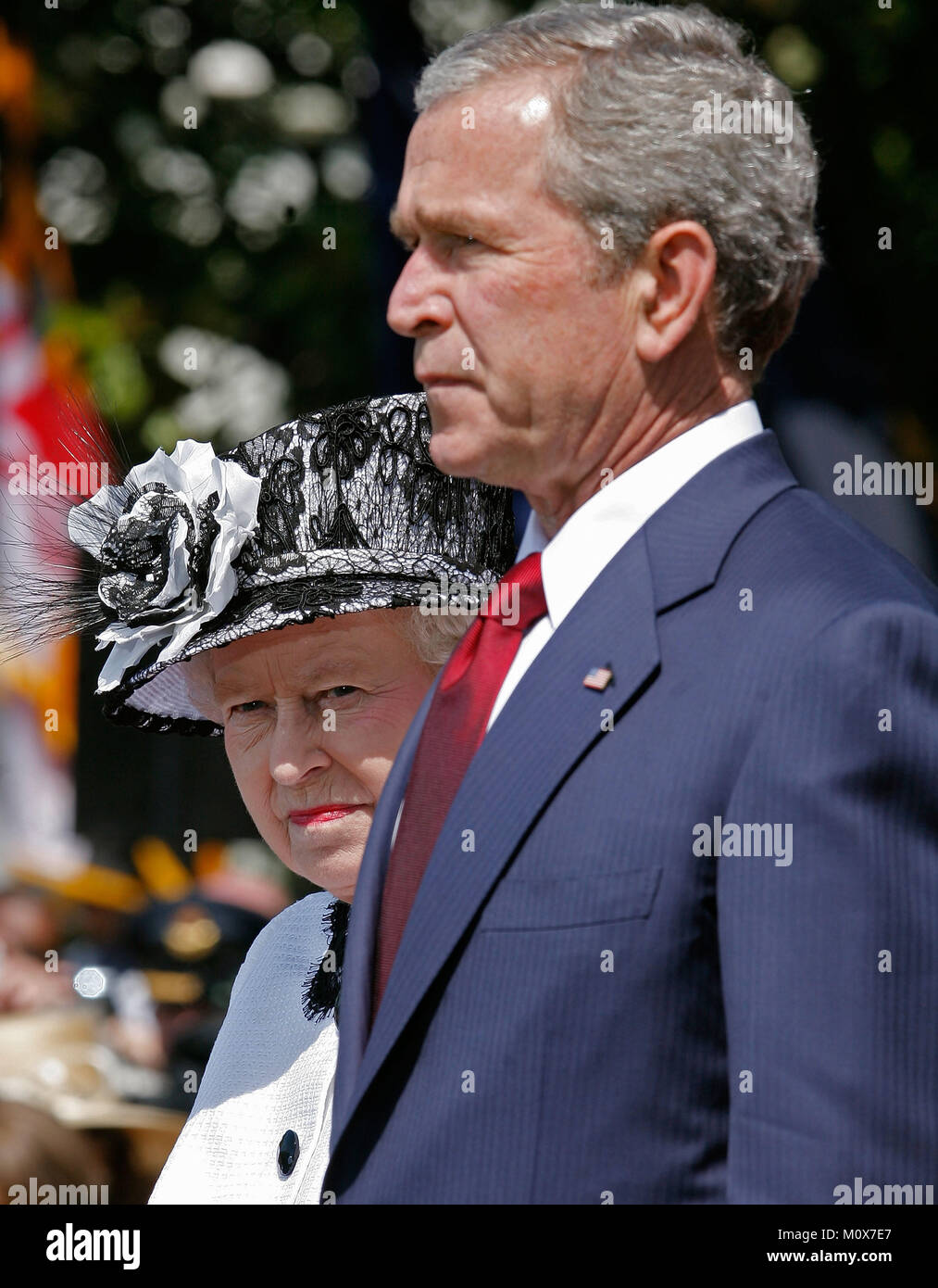WASHINGTON - MAY 07:  (AFP OUT) U.S. President George W. Bush (R) and HRH Queen Elizabeth II review the troops on - Stock Image