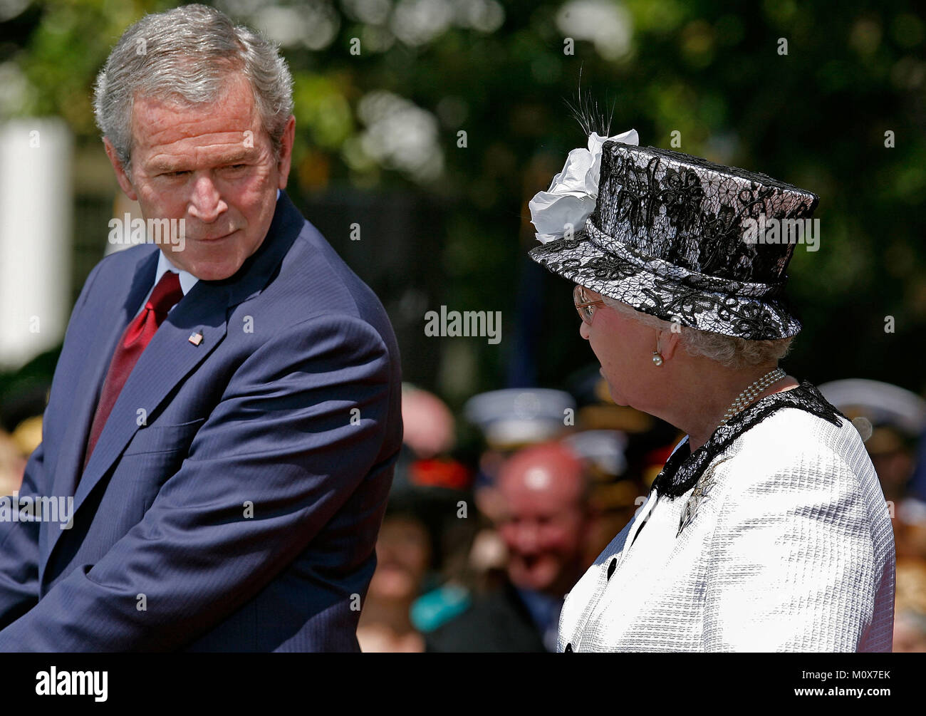 WASHINGTON - MAY 07:  (AFP OUT) U.S. President George W. Bush and HRH Queen Elizabeth II take part in a ceremony - Stock Image