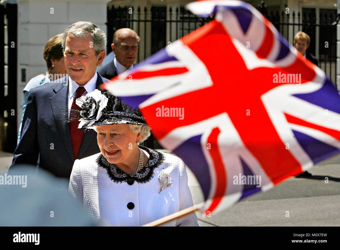 WASHINGTON - MAY 07:  (AFP OUT)  US President George W. Bush (L) and Her Majesty Queen Elizabeth II greets schoolchildren - Stock Image
