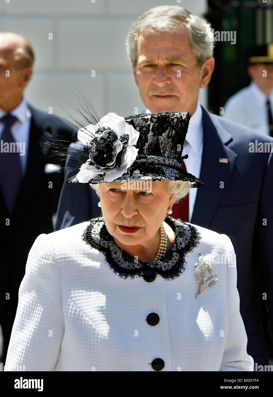 WASHINGTON - MAY 07:  (AFP OUT)  US President George W. Bush (background) and Her Majesty Queen Elizabeth II walk - Stock Image