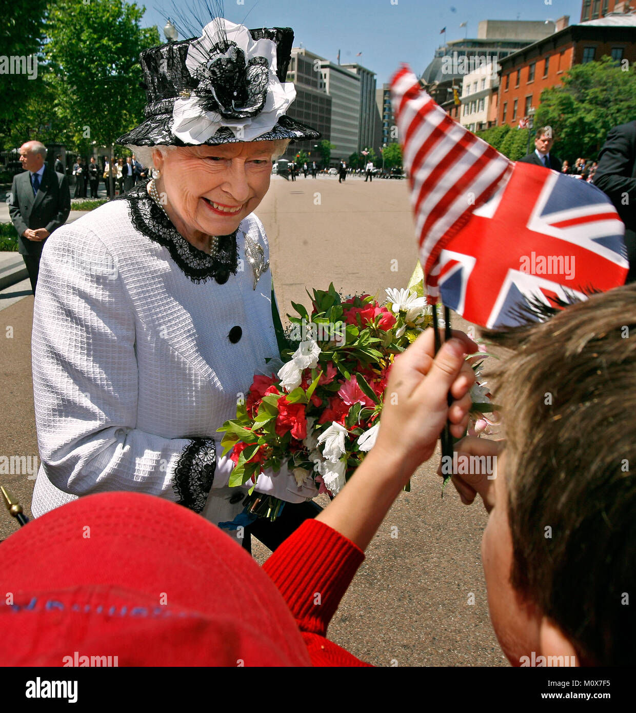 WASHINGTON - MAY 07:  (AFP OUT)  Her Majesty Queen Elizabeth II greets schoolchildren while walking from the White - Stock Image