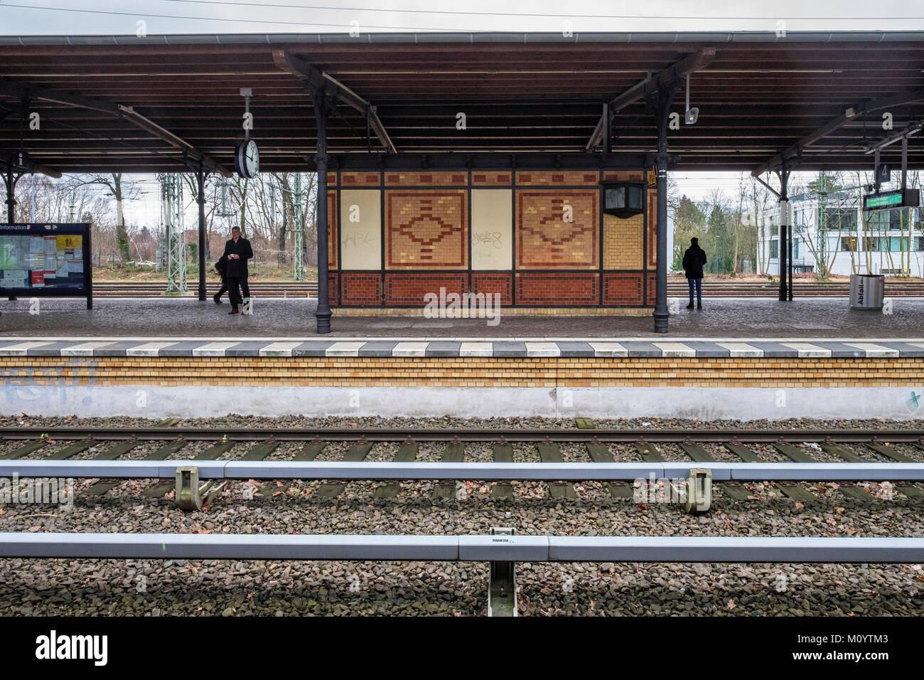 Berlin-Grunewald S-Bahn railway station serves the S7 line of the commuter rail network, Platform & rail tracks - Stock Image