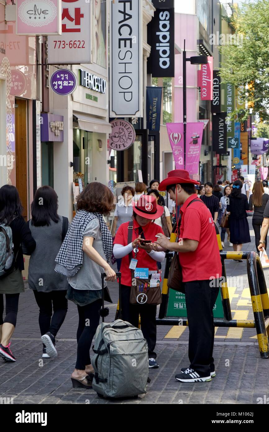 South Korea: Tourist info helps tourist Seoul's Myeongdong district. Photo from 10. September 2015. | usage - Stock Image
