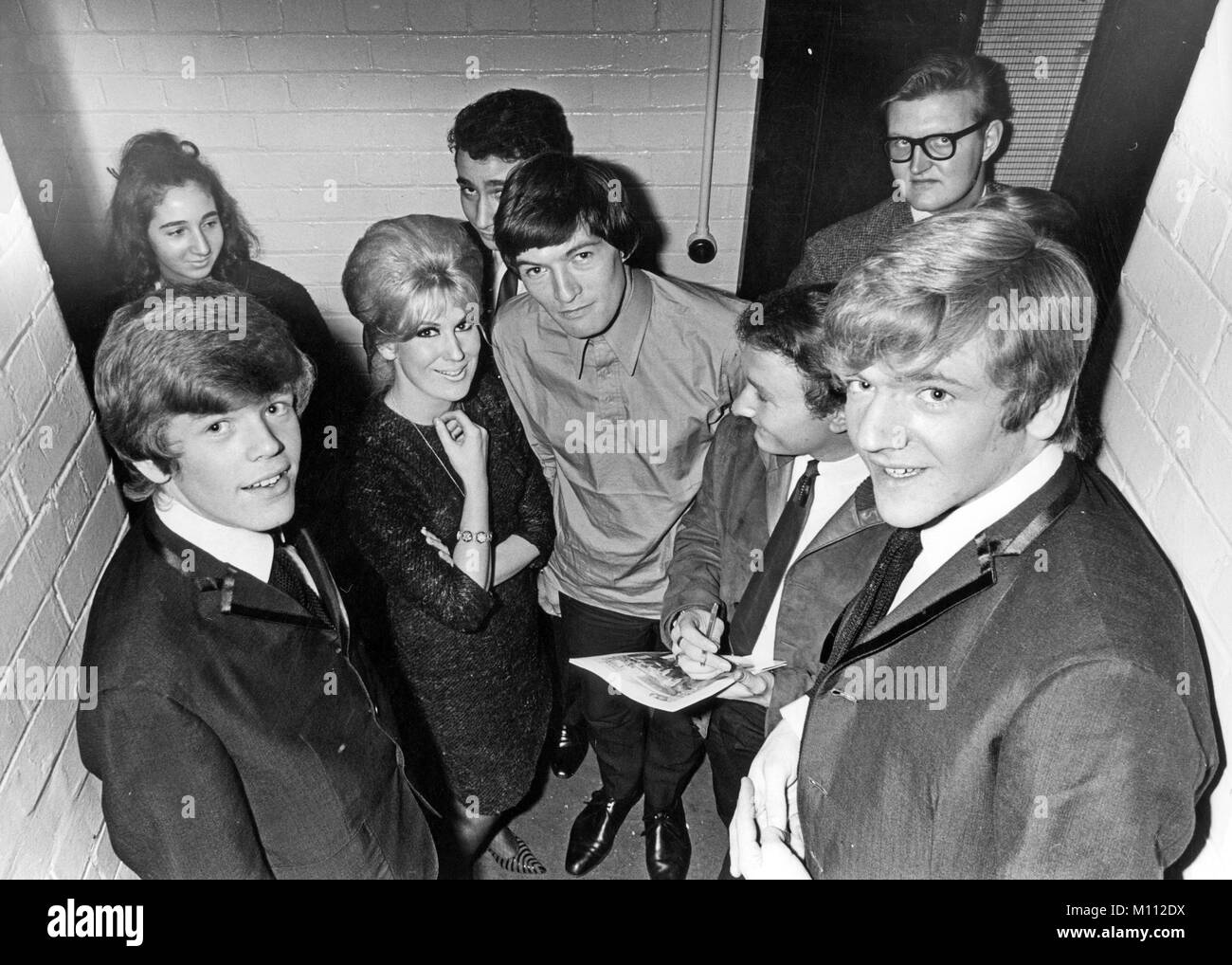 DUSTY SPRINGFIELD (1939-1999) English singer about 1968 with from left: Herman Noone, Dave Berry, Brian Poole (with - Stock Image