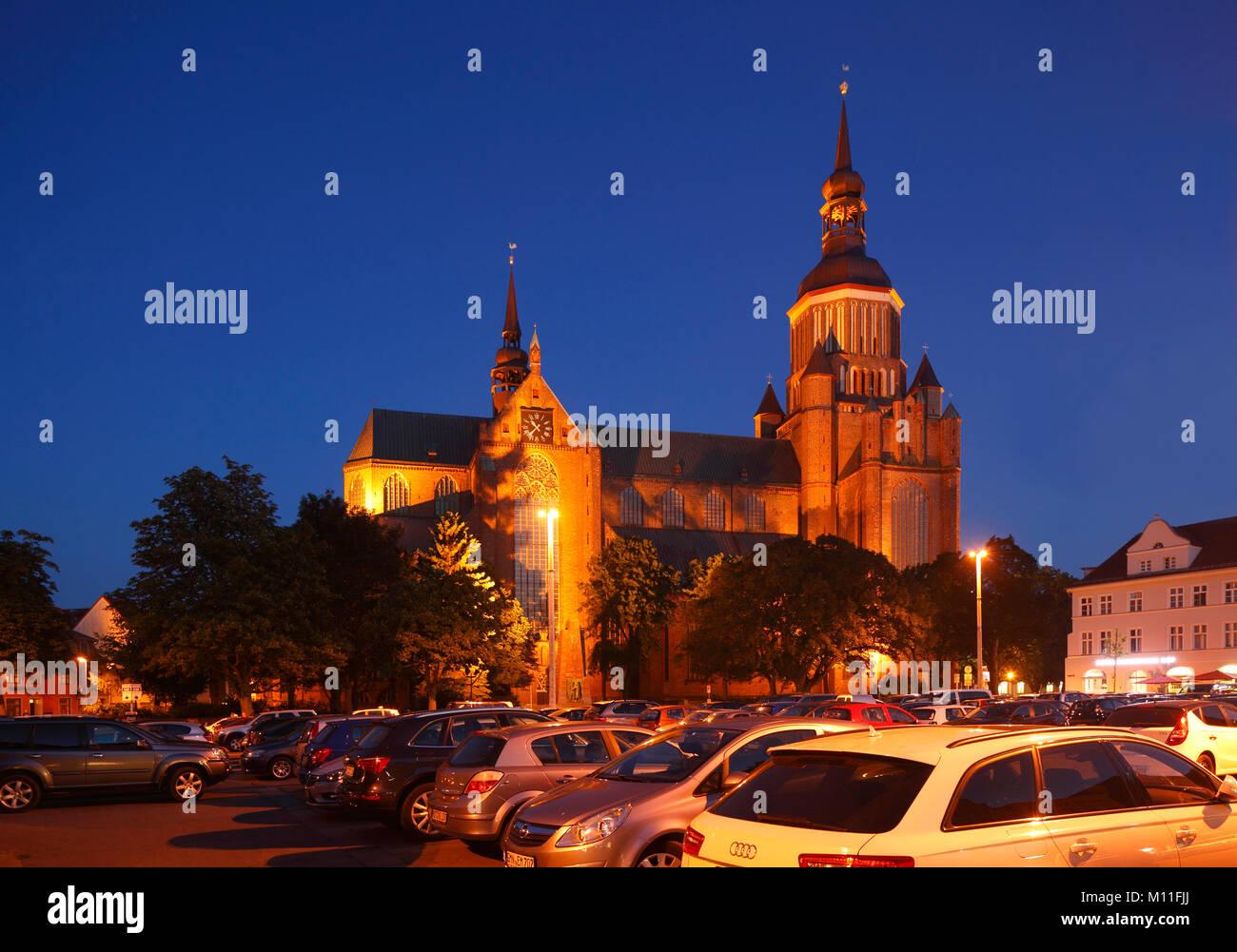Marienkirche Church at dusk, Stralsund, Mecklenburg-Vorpommern, Germany, Europe  I  Marienkirche am Neuen Markt - Stock Image