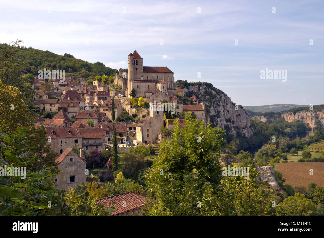Europe, France, Midi Pyrenees, Lot, the historic clifftop village tourist attraction of St Cirq Lapopie - Stock Image