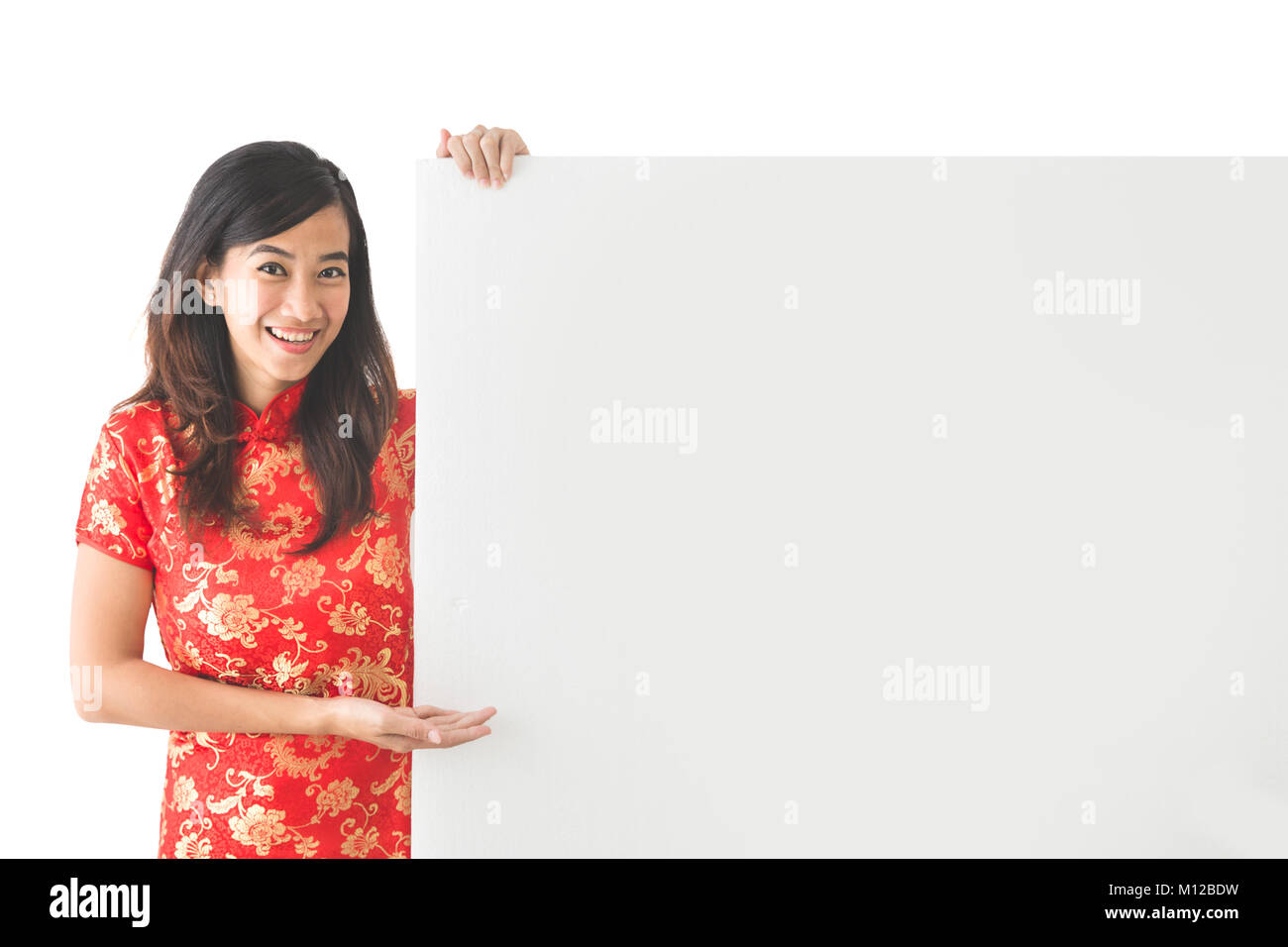 438a7fdfe portrait of pretty asian woman wearing traditional chinese dress holding  blank white board · Robbi Akbari Kamaruddin / Alamy Stock Photo