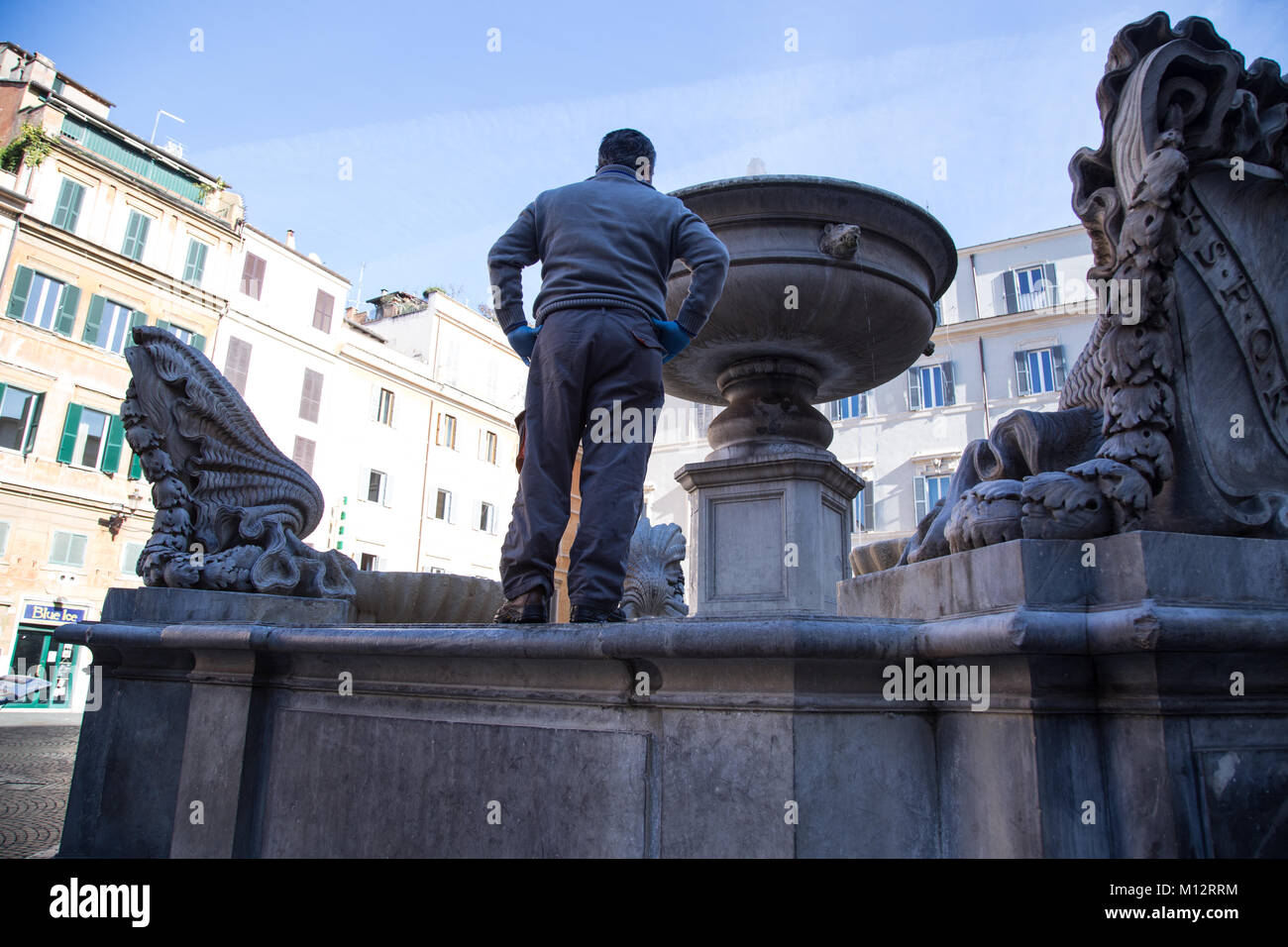 Roma, Italy. 25th Jan, 2018. After weeks of inactivity, some ACEA workers restore the flow of water in the fountain - Stock Image