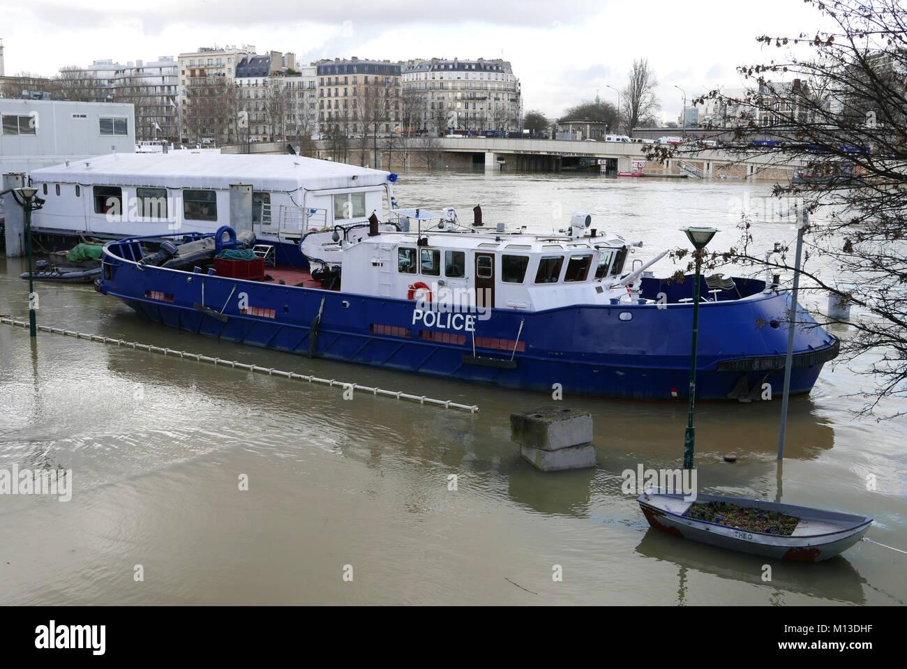 Tug of the Brigade Fluviale, Quai Saint-Bernard, flood of the Seine river, January 25, 2018, Paris, France - Stock Image