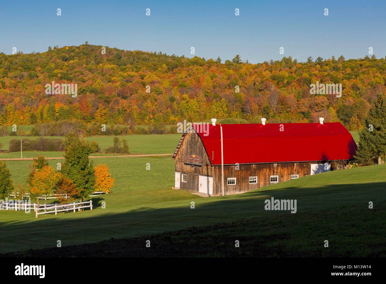 Canada, Province of Quebec, Outaouais, Pontiac region, Chichester, Northfork Inn, barn and surrounding nature in - Stock Image