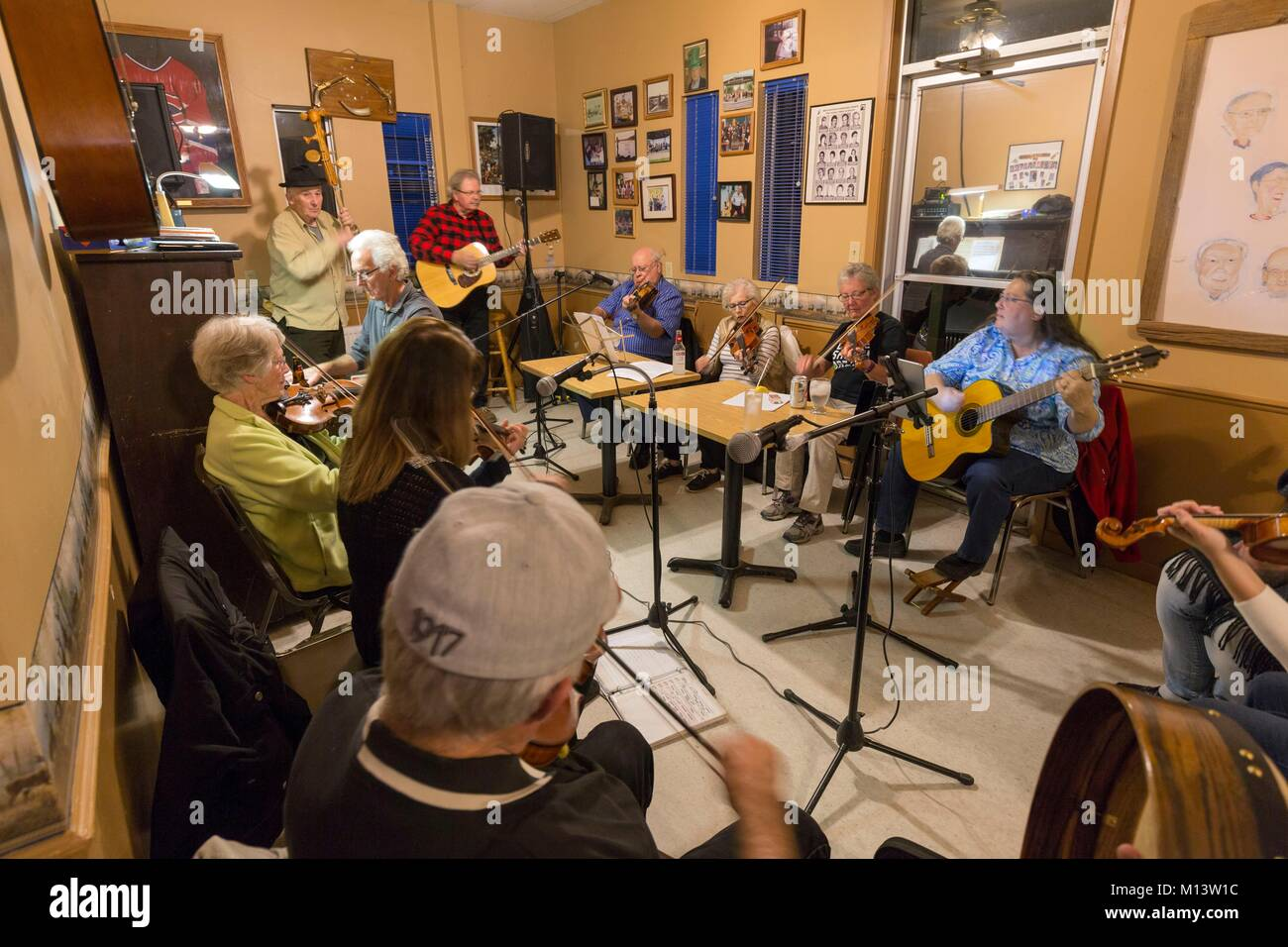 Canada, Province of Quebec, Outaouais, Pontiac region, Chichester, George's Regal Beagle bar, fiddlers night - Stock Image