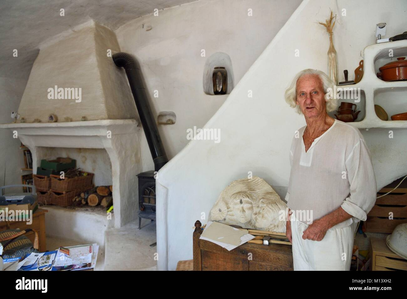 France, Bouches du Rhone, Aix en Provence, quarries of Bibemus, the sculptor and stonecutter David Campbell at home - Stock Image