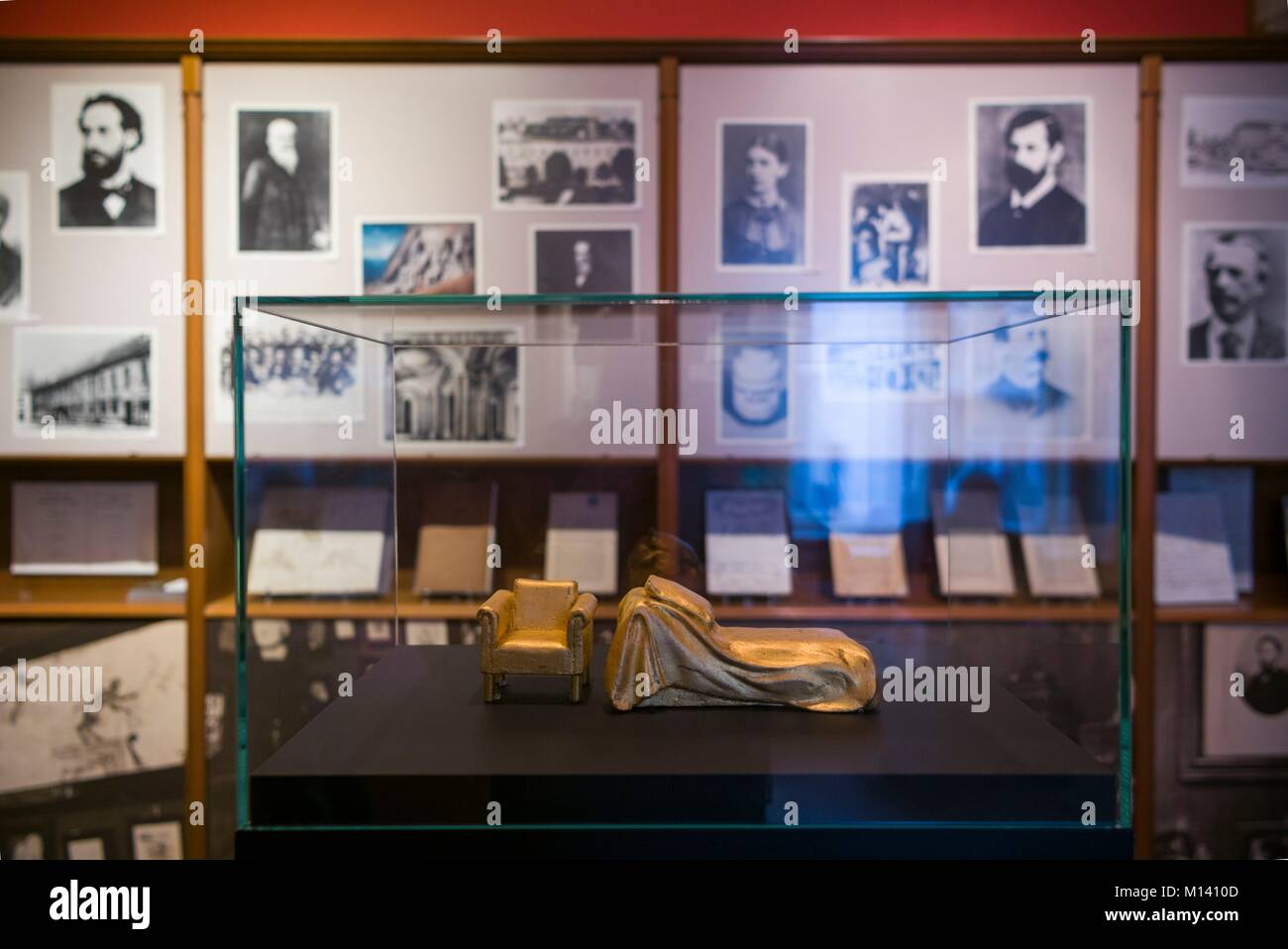 Austria, Vienna, Sigmund Freud Museum, psychoanalyst's couch - Stock Image
