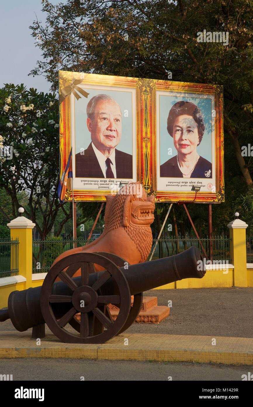 Cambodia, Battambang, portrait of the former king of Cambodia, Norodom Sihanouk, and his wife, in front of the gates Stock Photo