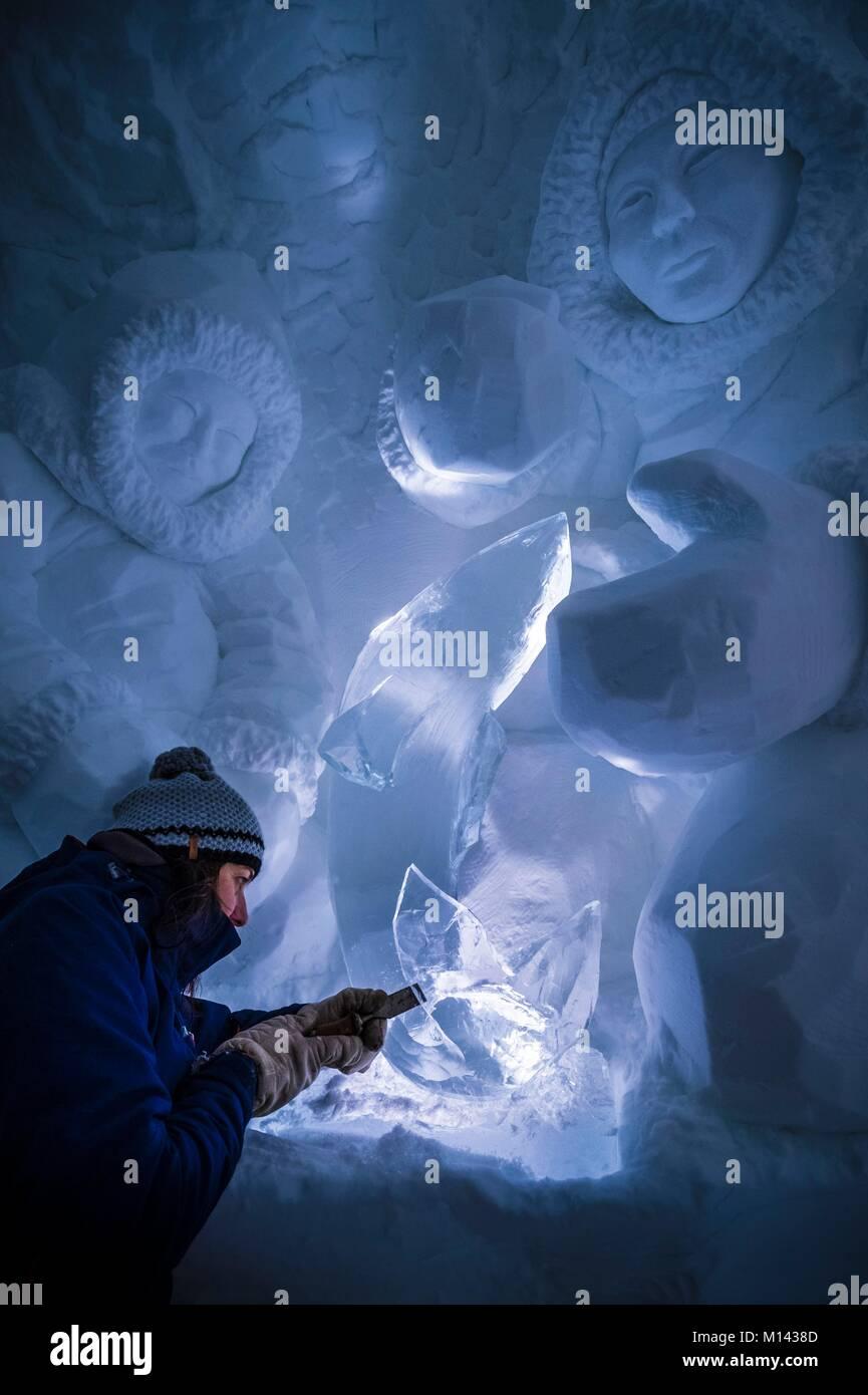 France, Savoie, Tarentaise valley, Vanoise massif, Arcs 2000 ski resort, Manon CHERPE sculpts a traditional Inuit - Stock Image