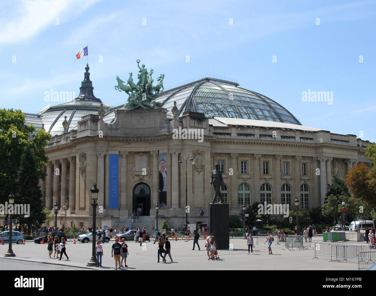 Front corner of the Grand Palais with quadriga statue of Harmony triumphing over Discord on the roof and a Charles - Stock Image