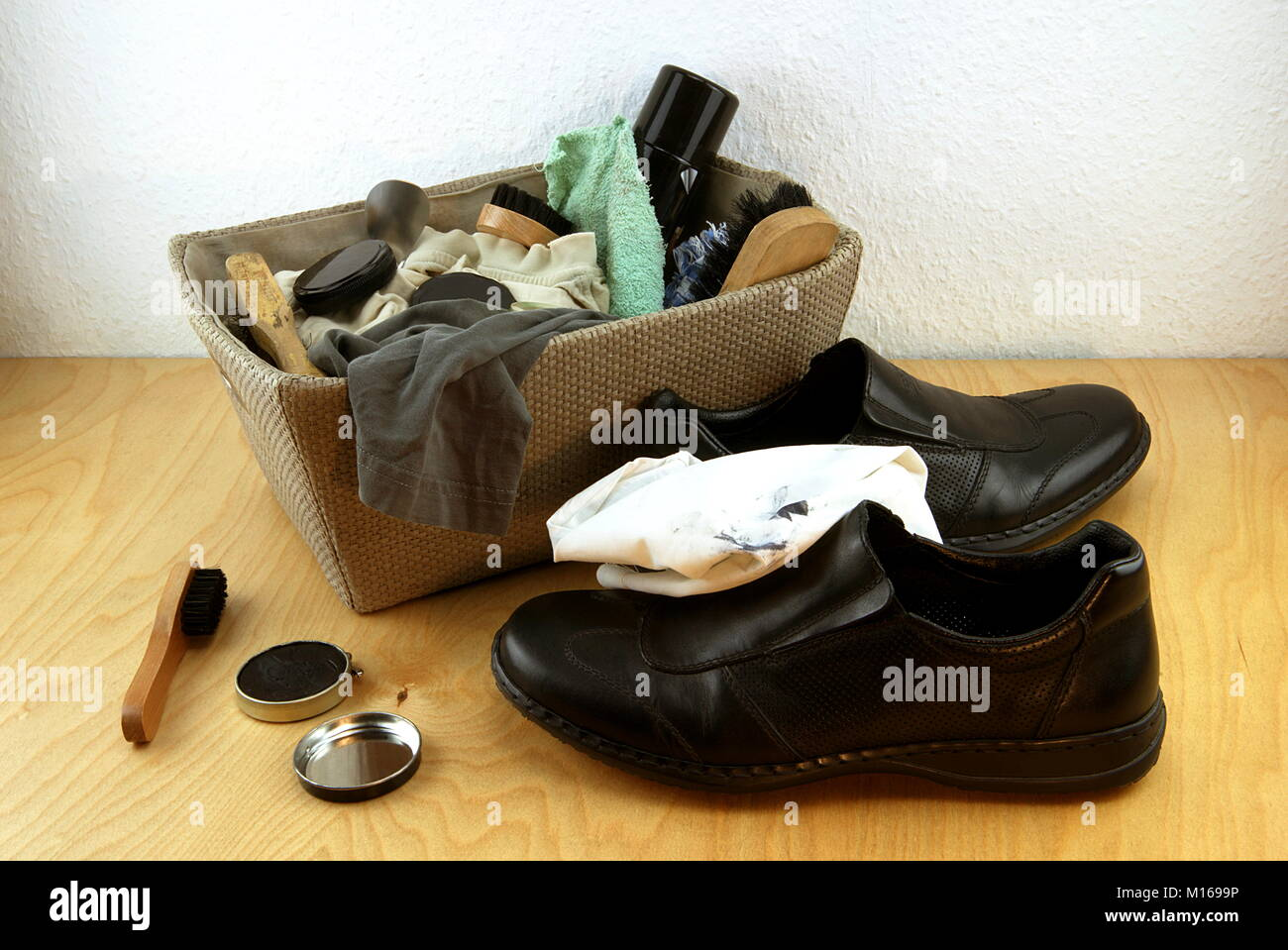 Shoe cleaning box with utensils and shoes - Stock Image