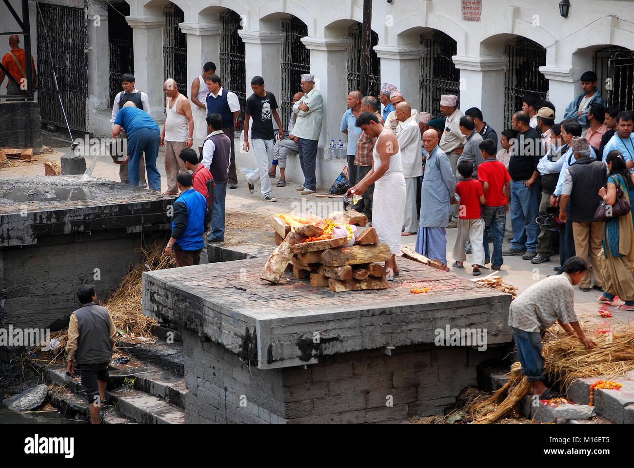 A Hindu funeral at Pashupatinath Temple on the banks of the Bagmati River Kathmandu, Nepal - Stock Image