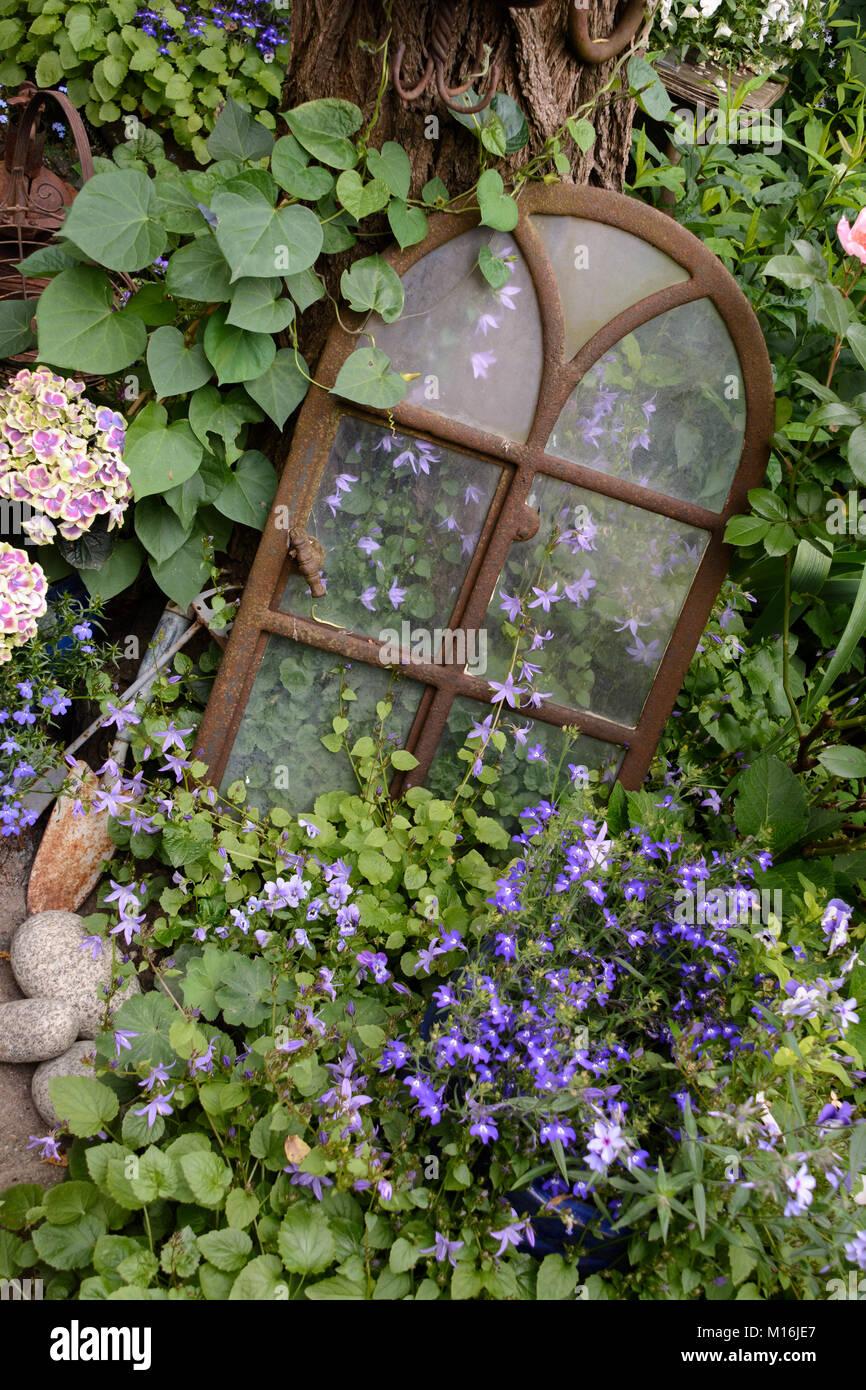 Antikes Fenster im Garten - Stock Image