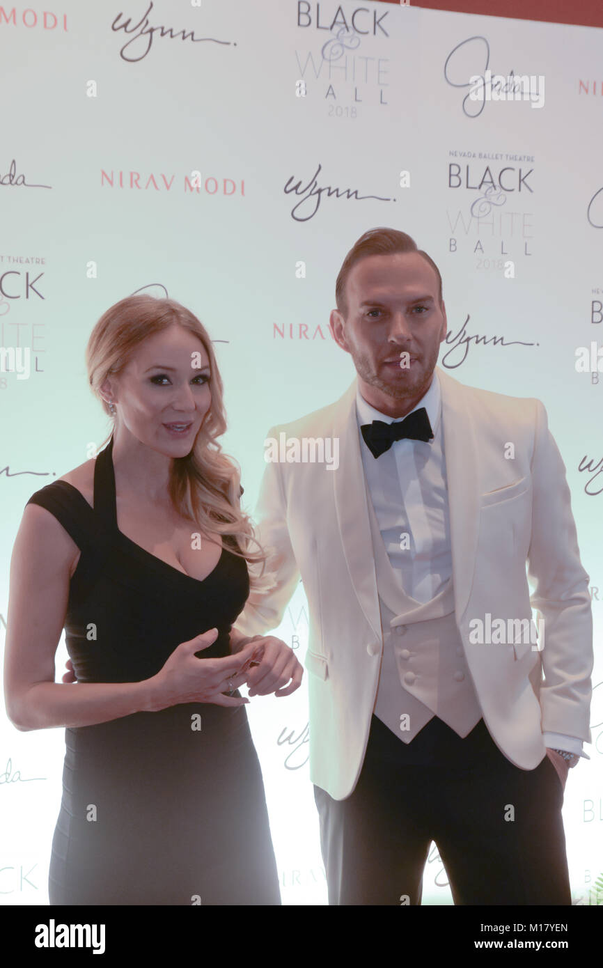 Las Vegas, USA. 27th Jan, 2018. Singers Jewel and Matt Gross pose on the red carpet at the Black and White Ball - Stock Image