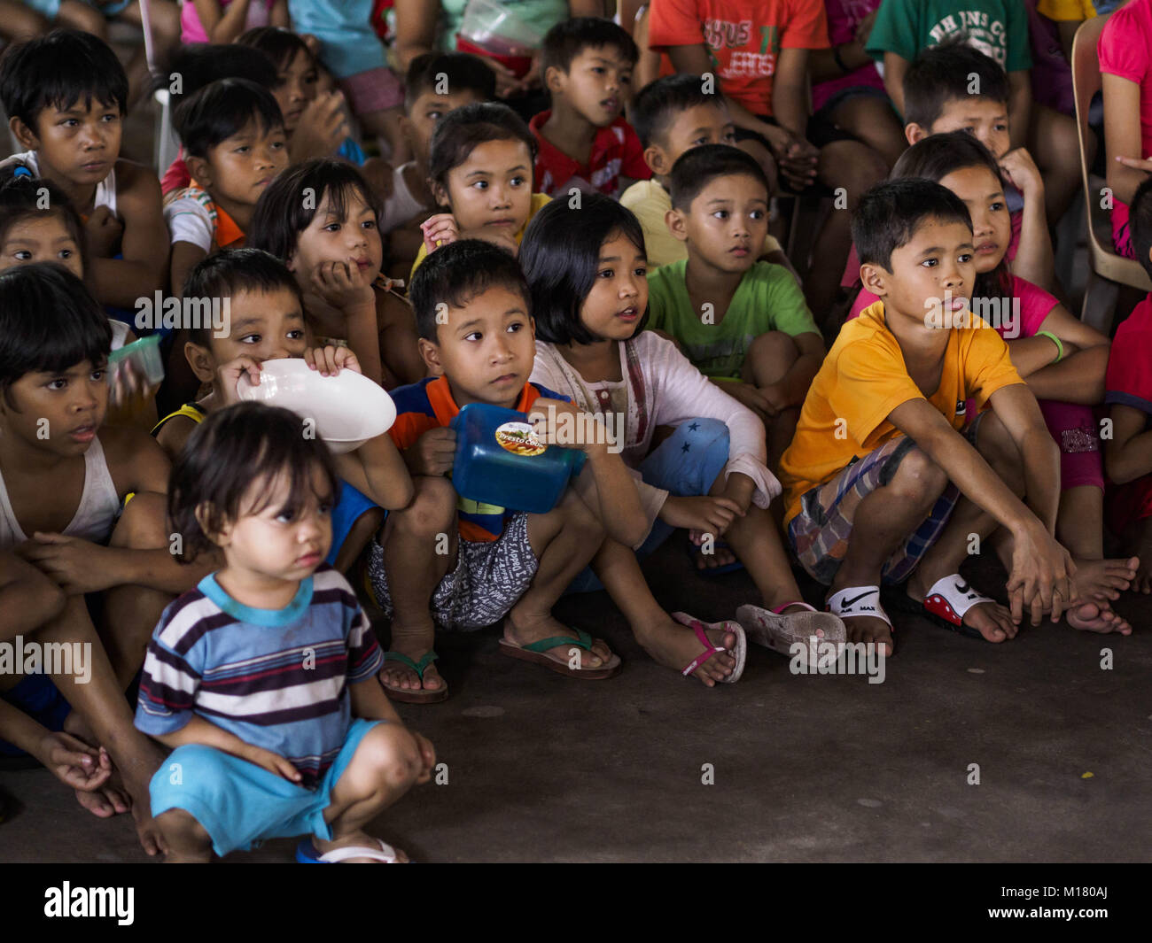 Legazpi, Albay, Philippines. 28th Jan, 2018. Children watch a movie at the evacuation shelter for people from Barangay - Stock Image