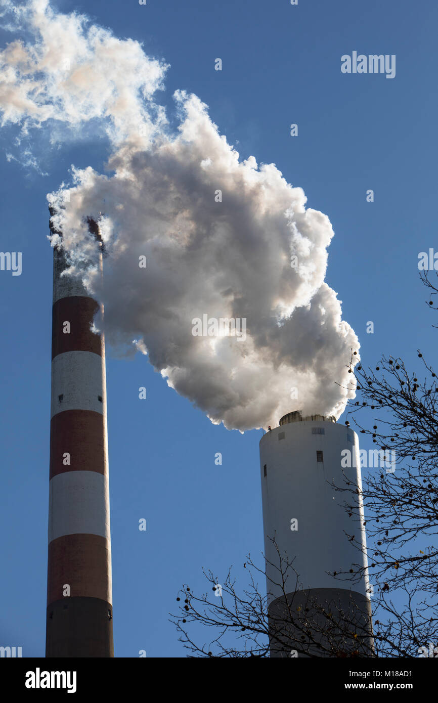 A view of the smoke stack of the 47-year old Cheswick coal-fired power plant in Springdale, Pennsylvania. Local - Stock Image