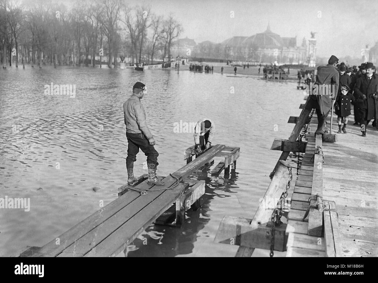 The historic flooding of Paris in the year 1910, the flooded Esplanade des Invalides - Stock Image