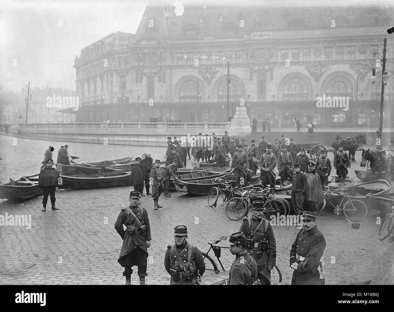 The historic flooding of Paris in the year 1910, army engineers with boats in front of the Gare de Lyon - Stock Image