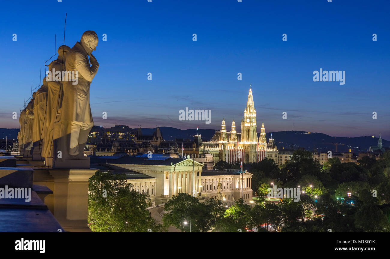 Statues of famous scientists on the roof of the Natural History Museum at night,view of Parliament and the City - Stock Image