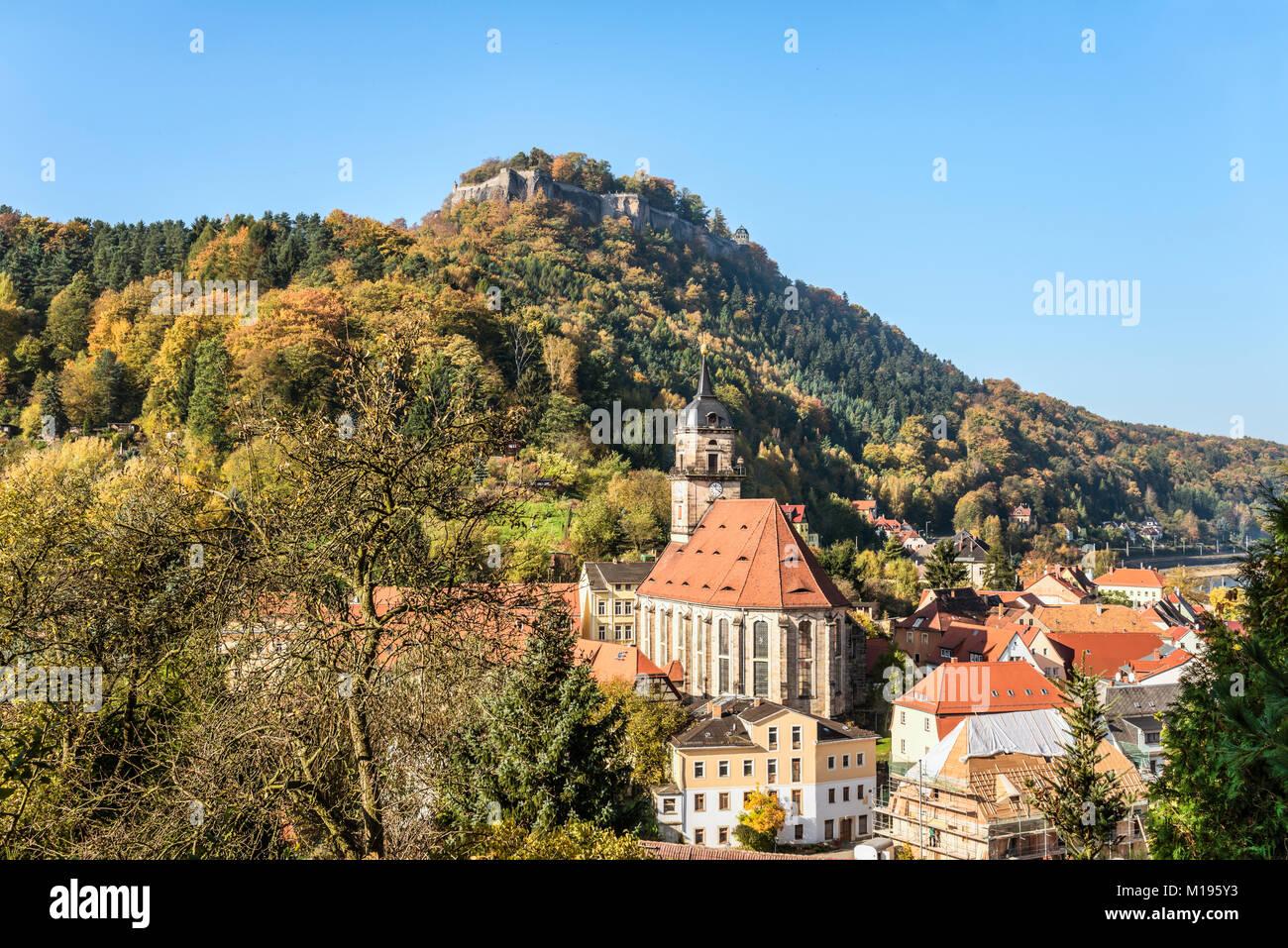 Aussicht ueber das Dorf und die Festung Koenigstein im Elbsandsteingebirge, Sachsen, Deutschland   View over the - Stock Image