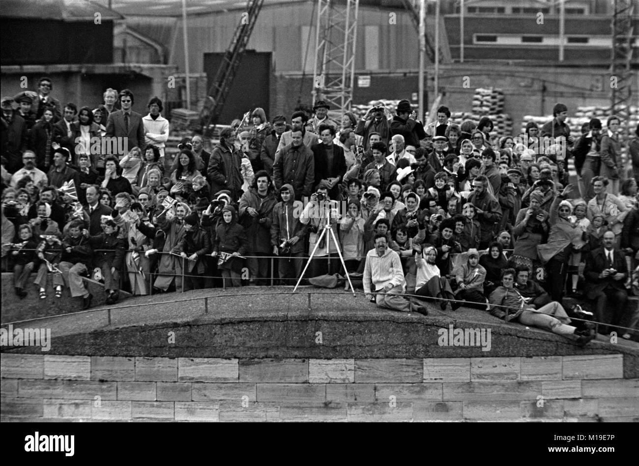 AJAXNETPHOTO. JUNE, 1977. PORTSMOUTH, ENGLAND. - CROWDED TOWER - KING HENRY VIII ROUND TOWER AT THE HARBOUR ENTRANCE - Stock Image