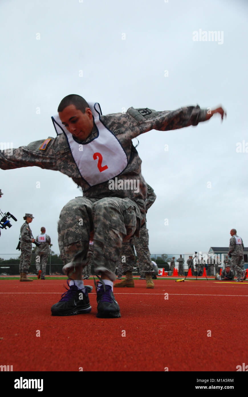 Spc. Kevin Stevens, Hawaii National Guard, leaps for points in the new APRT. Army National Guard NCOs and Soldiers - Stock Image