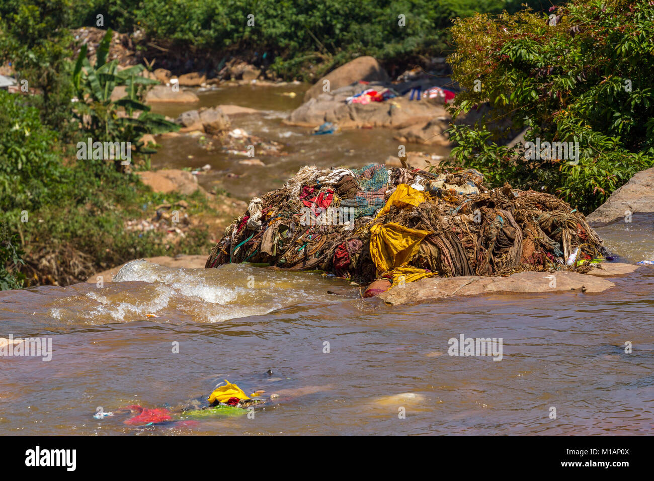 Water rubbish pollution with plastic and other floating stuffs in the chao phraya river in Bangkok, Thailand - Stock Image